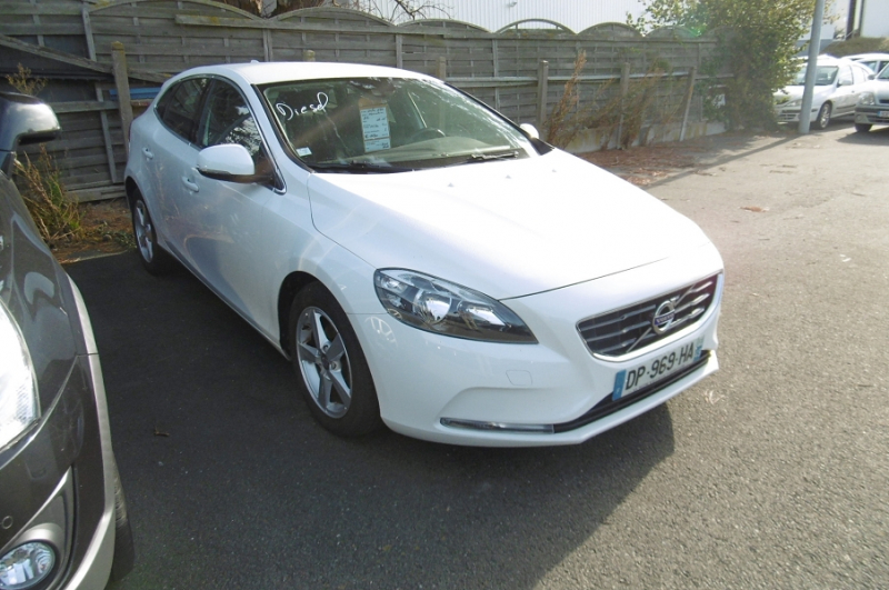 Volvo V40 D2 115CH START&STOP MOMENTUM Diesel BLANC Occasion à vendre